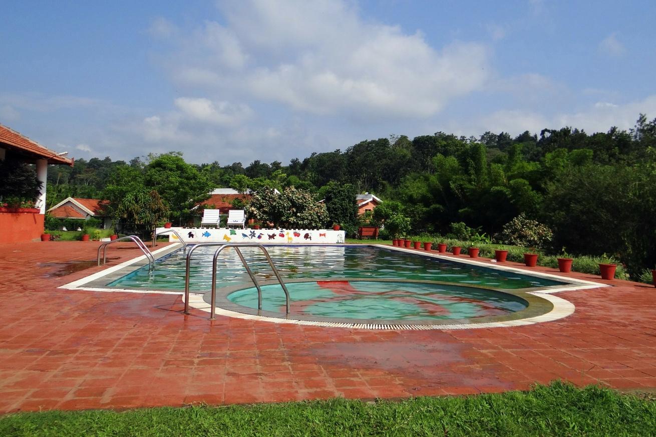 swimming-pool-346479_1920.jpg